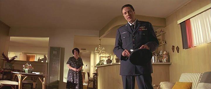 В самом начале фильма криминальное чтиво он представлен отстраненным убийцей, который ведет диалог о массаже женских стоп, телевизионных пилотах, чизбургерах в европе.